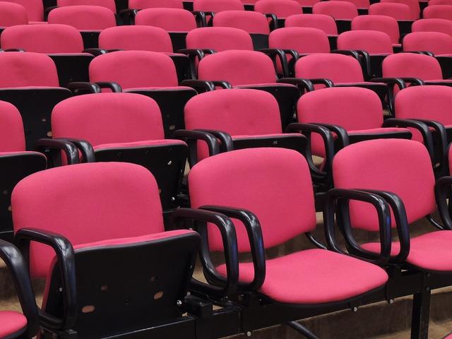 sedačky v hledišti