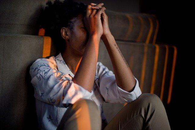 žena držící si čelo