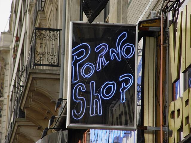 velký neonový nápis na ulici ve městě