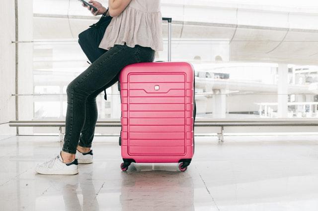 růžový kufr, čekání, letiště
